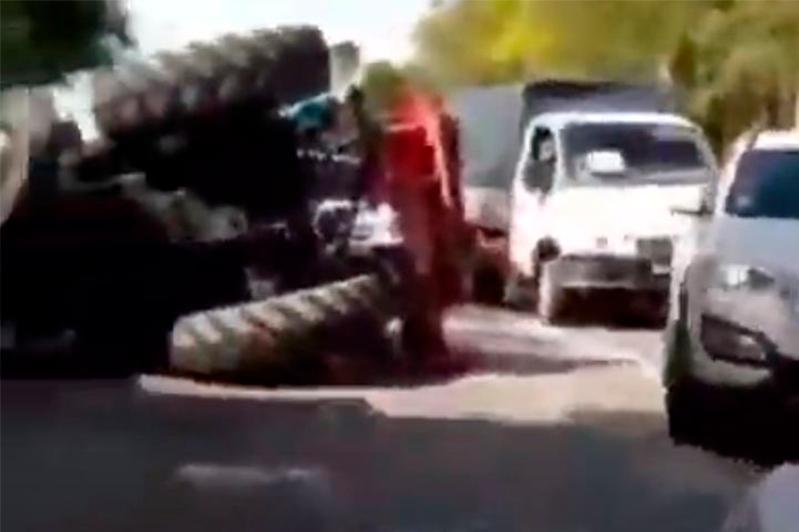 Атырауда екі көлікпен соқтығысқан трактор аударылып қалды