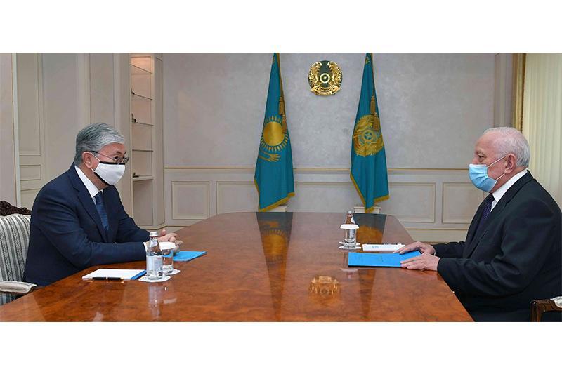 托卡耶夫总统接见国家科学院院长朱里诺夫