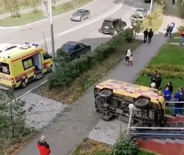Скорая помощь опрокинулась и оказалась на крыльце медцентра в Петропавловске