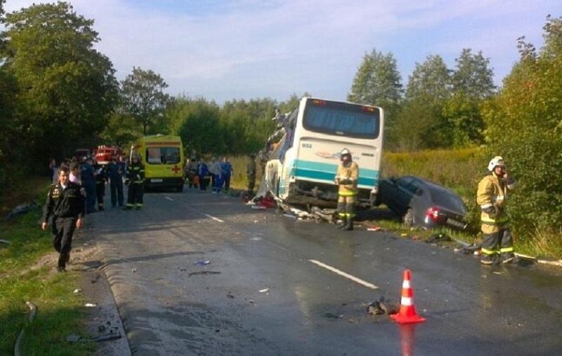 Семь человек погибли в ДТП с участием автобуса в России