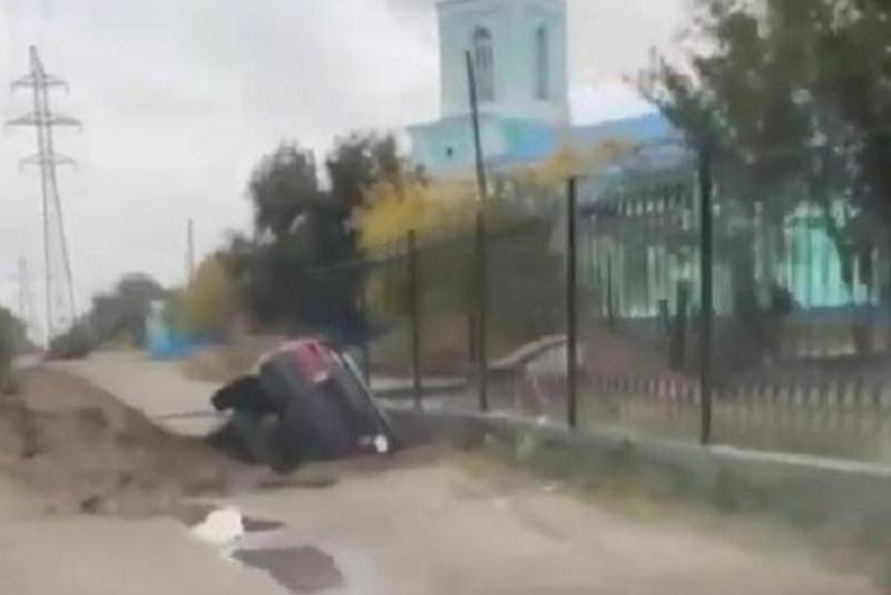 В яму от теплотрассы угодил автомобиль в Семее
