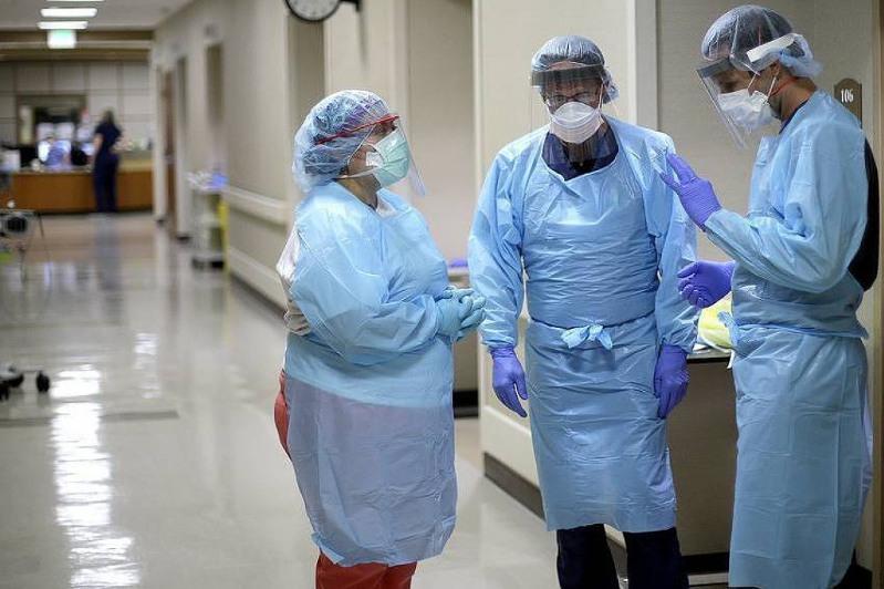 Коронавирус: Әлемде көз жұмғандар саны миллионға жуықтады