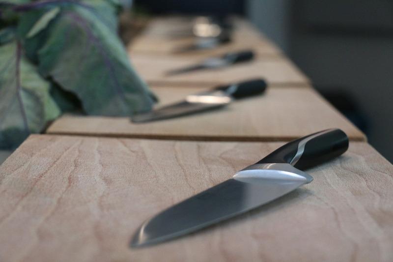 Странные ритуалы с ножами проводят в скверах Караганды