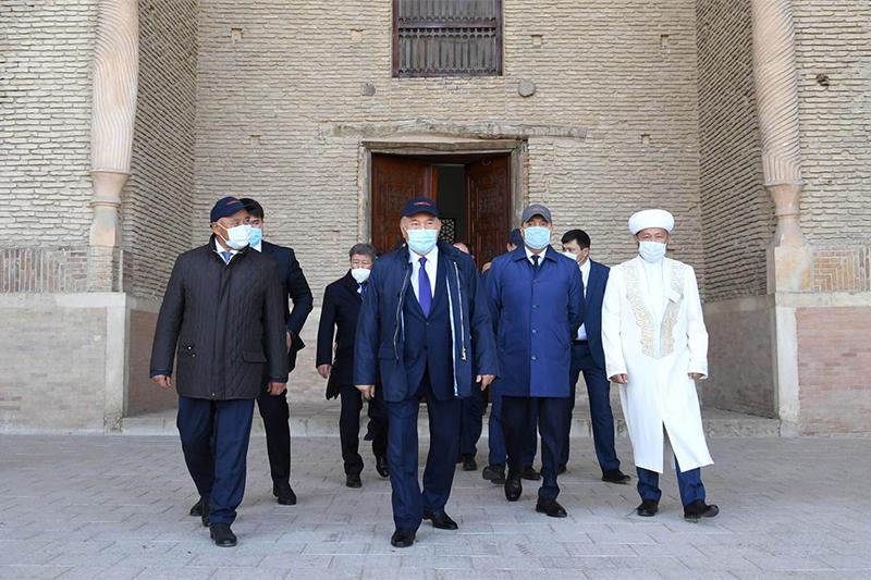 首任总统到访亚萨维陵墓