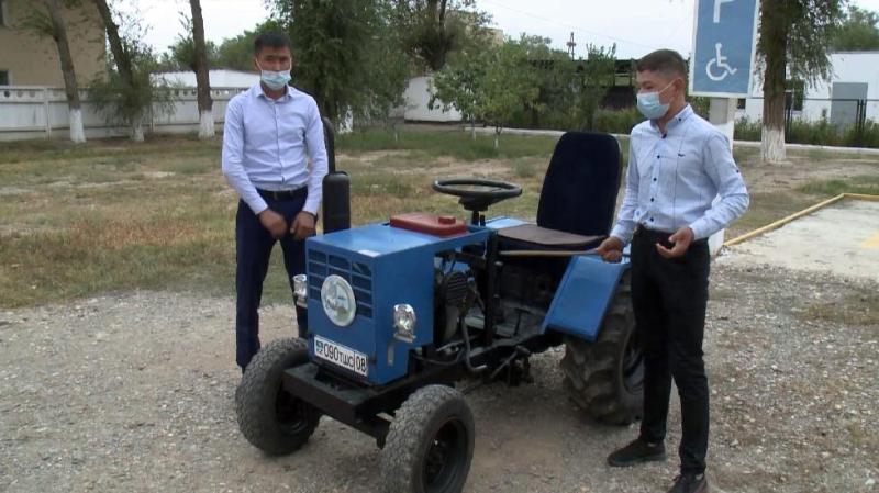 江布尔州11年级学生手工制造了一台农用拖拉机
