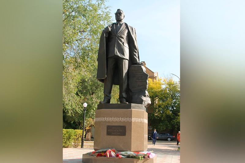 Statue to poet Zhuban Moldagaliyev unveiled in Uralsk