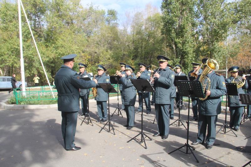 Концерт под окнами ветеранов устроил оркестр в Усть-Каменогорске