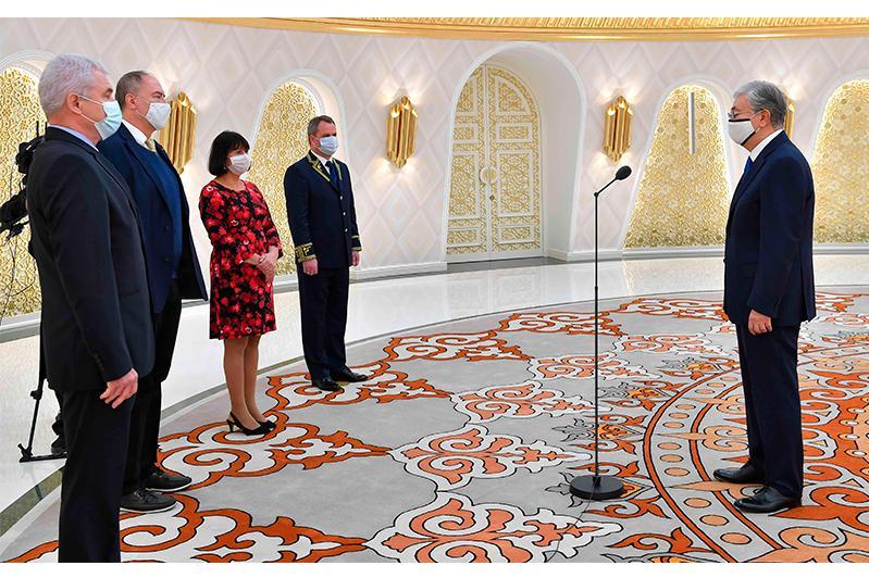 托卡耶夫总统接受4国新任驻哈大使国书