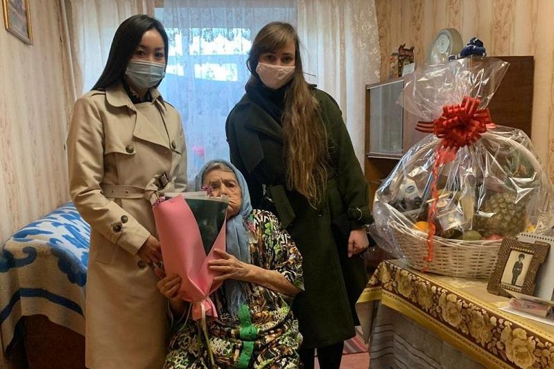 Қарағанды әкімі жасы жүзден асқан қарияларды құттықтады