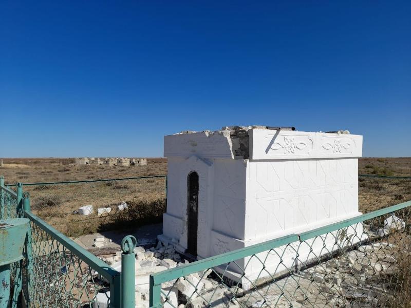 В Атырауской области задержан вандал, повредивший гробницу и надгробия