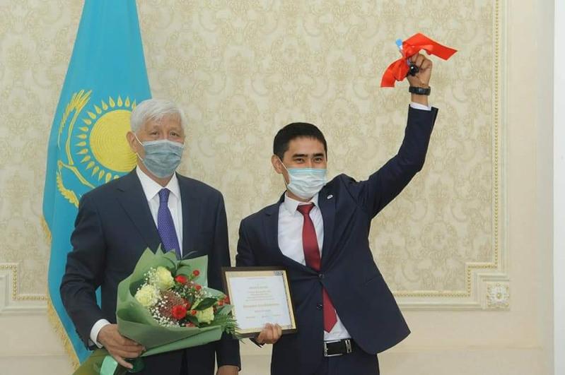 Алматы облысының «Үздік мұғаліміне» автокөлік кілті табысталды