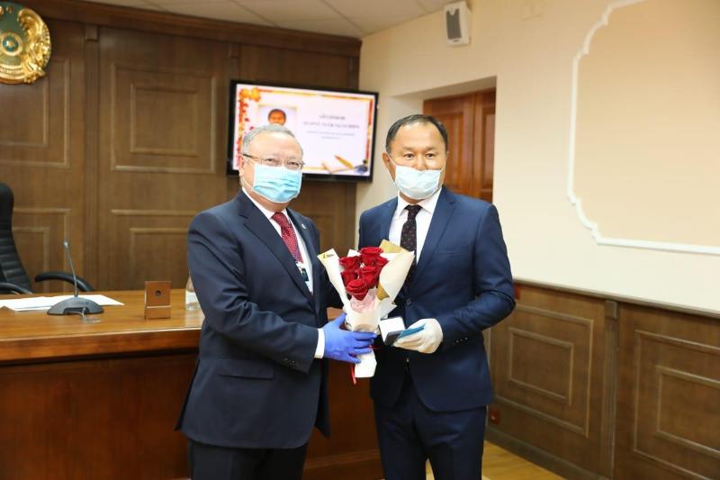 1,4 млн тенге получил лучший учитель Актюбинской области