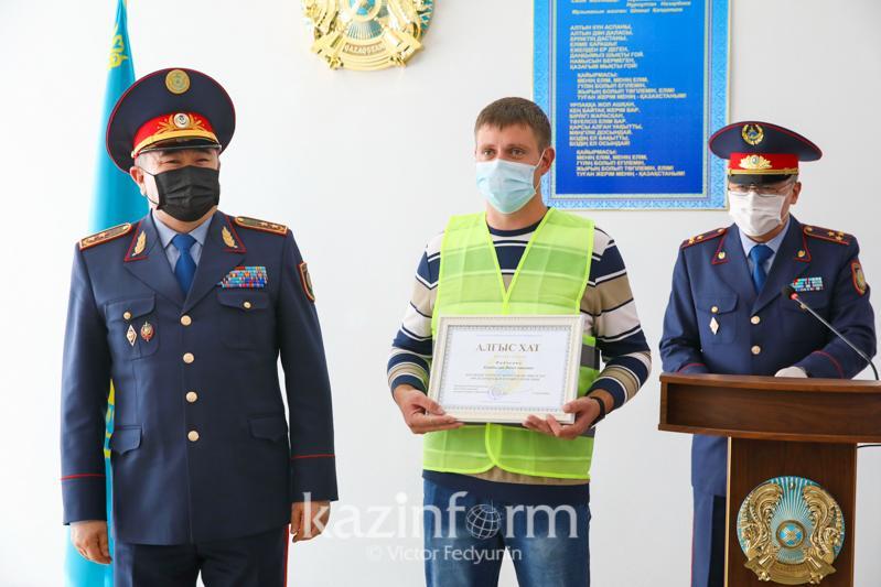 Глава МВД РК наградил сельских волонтеров за участие в охране общественного порядка