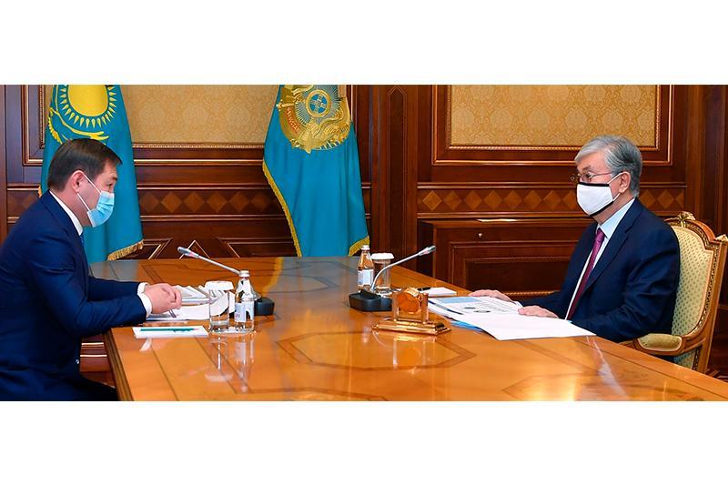 托卡耶夫总统接见奇姆肯特市长埃铁诺夫