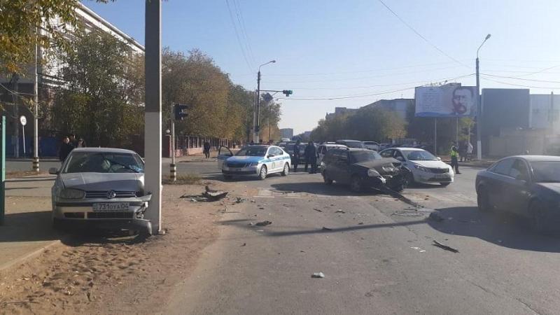 Трое пешеходов пострадали в результате столкновения двух автомашин в Актобе