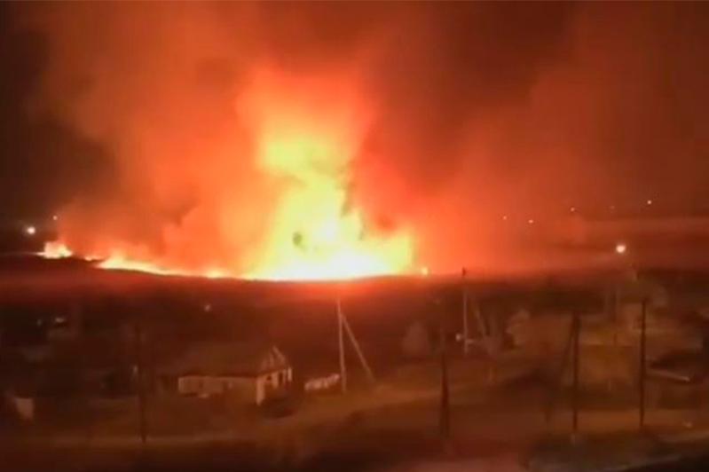 Камыш горит вблизи частного сектора в Петропавловске
