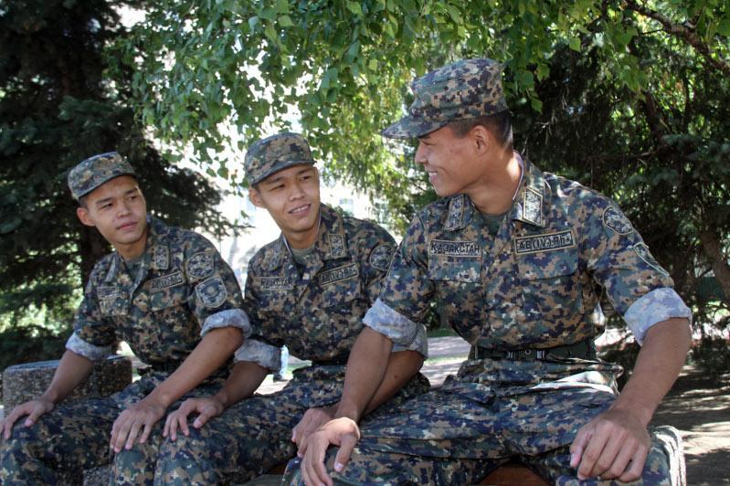Оралда ағайынды үшем Отан алдындағы әскери борышын өтеп жүр