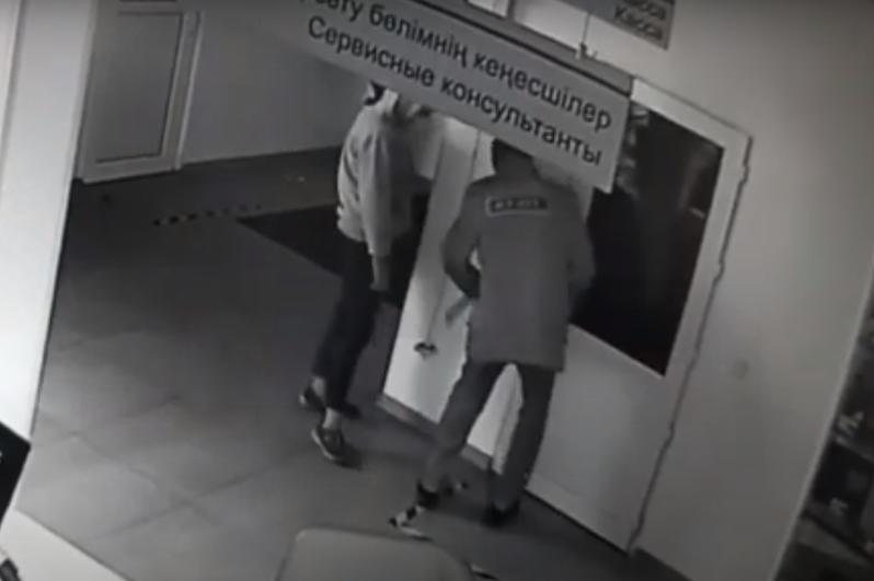 Охранник и школьница пытались ограбить автоцентр в Нур-Султане
