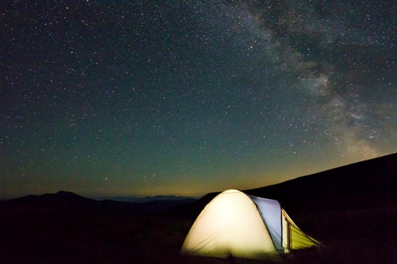 Мужчина ночью вышел из палатки и потерялся в горах близ Алматы