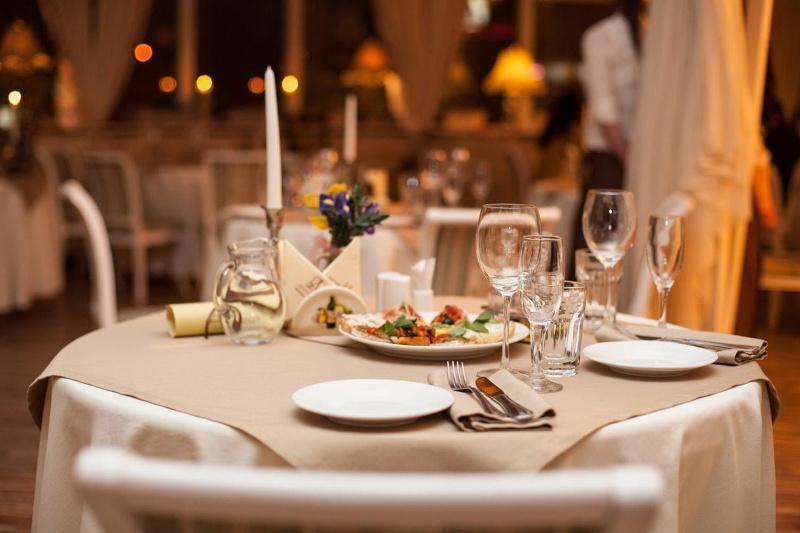 Около 100 посетителей застали ночью в столичном ресторане