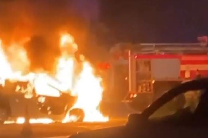 Легковой автомобиль сгорел на дороге в Алматы