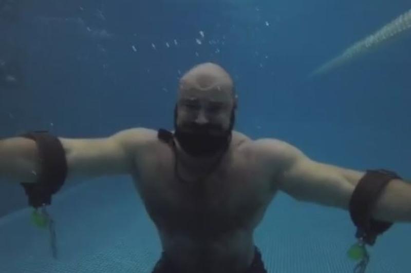Трюк Гудини: как казахстанский палуан разрывал цепи под водой