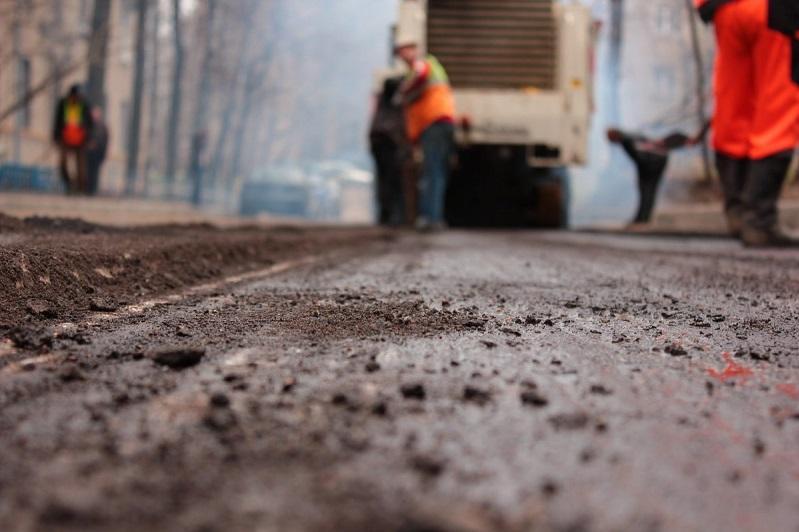 В Павлодаре дорожные рабочие уложили асфальт на упавшую листву