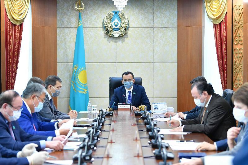 阿什姆巴耶夫主持召开参议院主席团会议