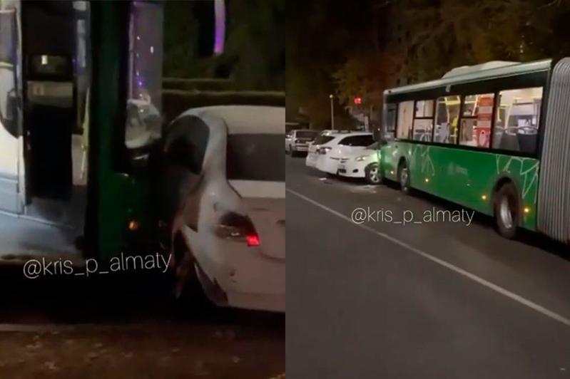 Автобус-гармошка врезался в припаркованные машины в Алматы