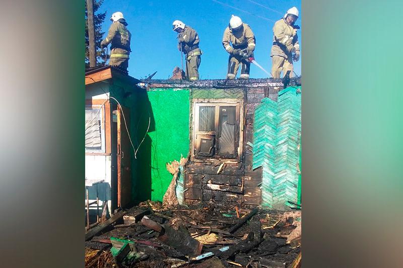 Двух человек спас из горящего дома житель Усть-Каменогорска