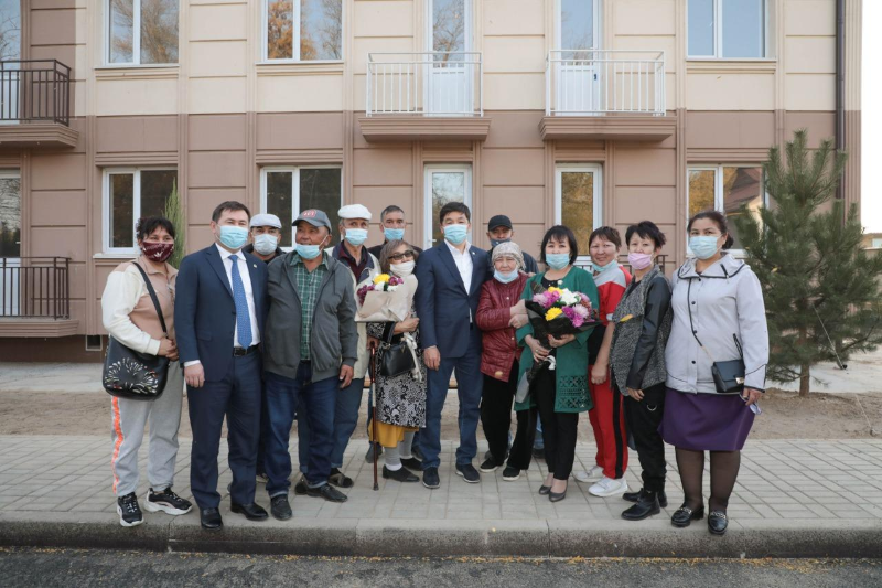 Бауыржан Байбек встретился с жильцами сгоревшего дома в Шымкенте
