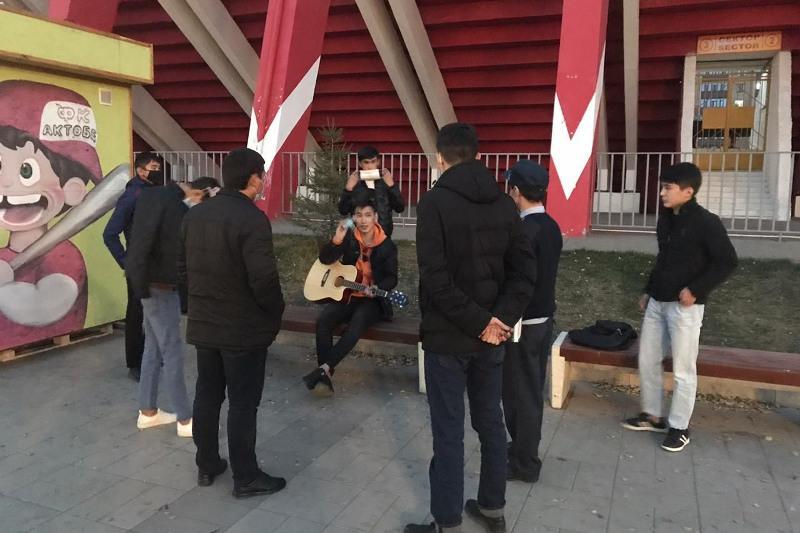 Молодежь, гулявшую без масок, выявила мониторинговая группа в Актобе