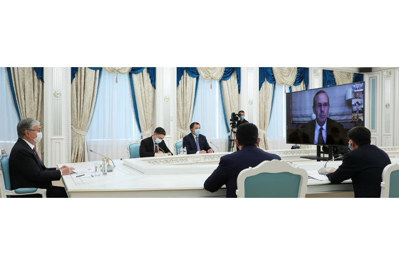 托卡耶夫总统与雪佛兰公司董事长举行会谈