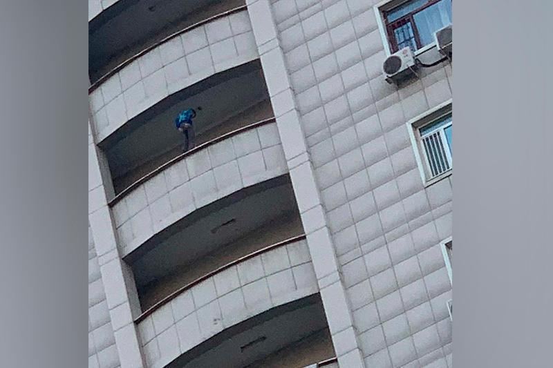 Экстремал на краю балкона многоэтажки напугал алматинцев