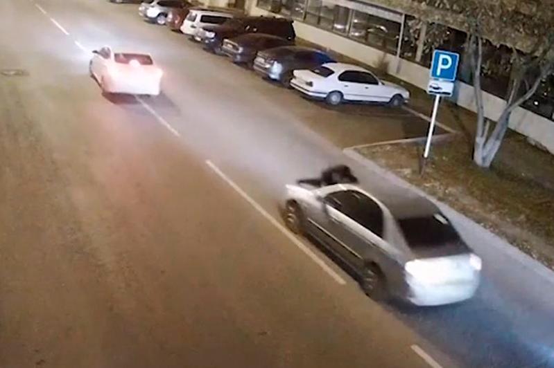 Мужчина прокатил бывшую жену на капоте автомашины в Нур-Султане