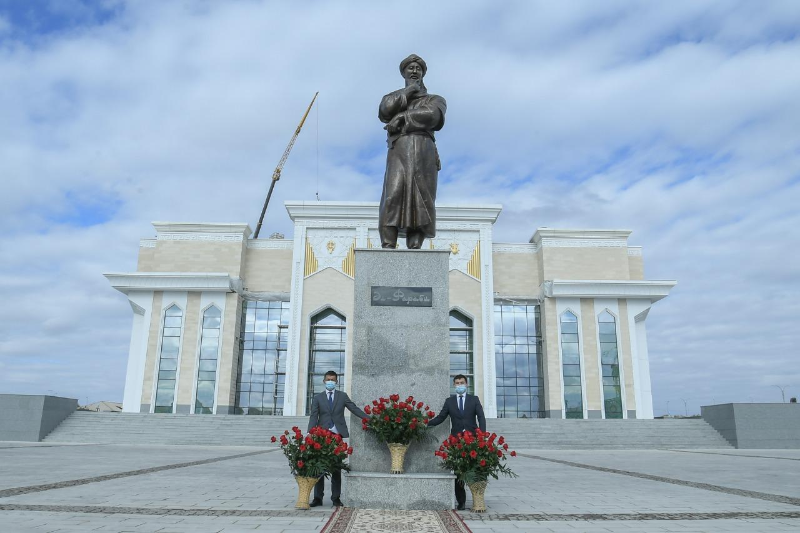 Abai and Al Farabi monuments unveiled in Turkestan