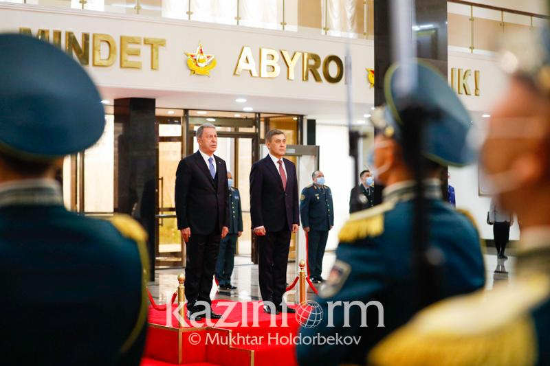 Нурлан Ермекбаев встретился с министром обороны Турции