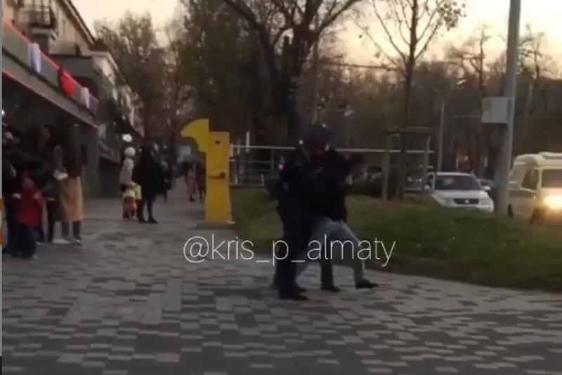 Мужчина ударил полицейского на Арбате в Алматы: задержание попало на видео