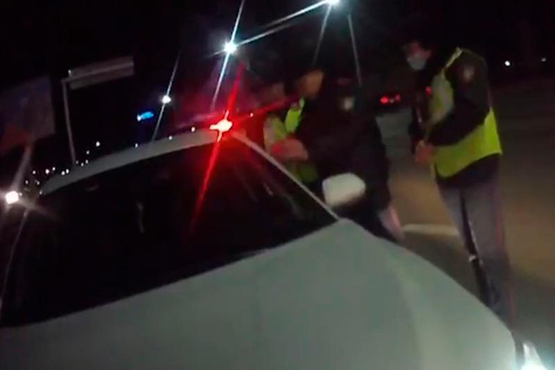 В Нур-Султане полицейские применили перцовый баллончик при задержании пьяного водителя