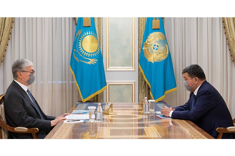 总统接见阿特劳州长多斯穆汗别托夫
