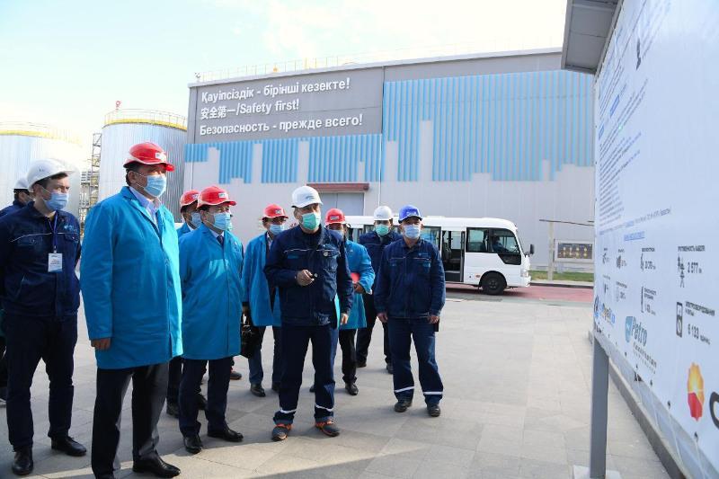 能源部长视察奇姆肯特炼油厂