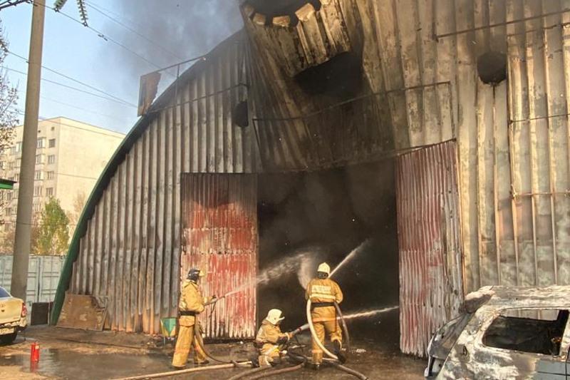 Взрыв произошел в горящем СТО в Алматы
