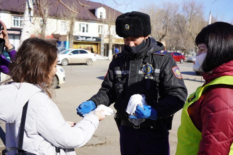 Полицейские раздают медицинские маски на улицах Алматы