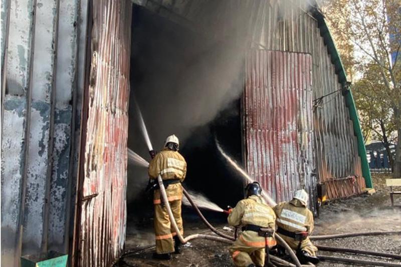Девять машин сгорело и еще три повреждены из-за пожара на СТО в Алматы