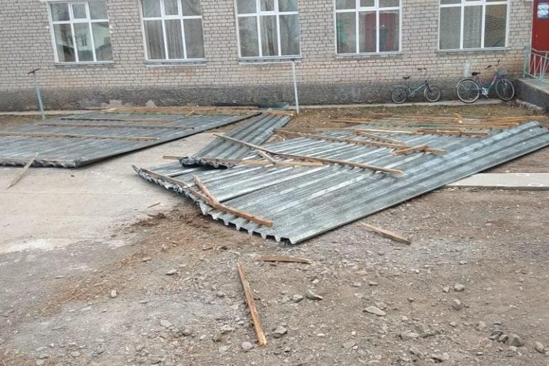 Сильный ветер сорвал кровлю со здания школы в ВКО
