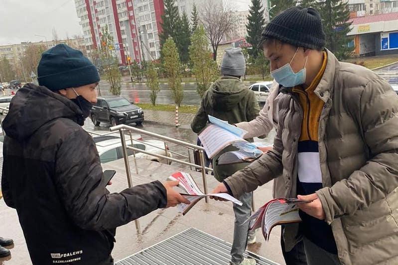 Медицинские маски и перчатки раздают волонтеры на улицах Петропавловска
