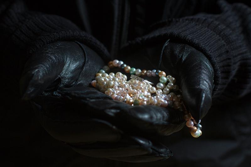 Тараздағы зергерлік дүкеннен 25 млн теңгенің бұйымдарын ұрлап кетті