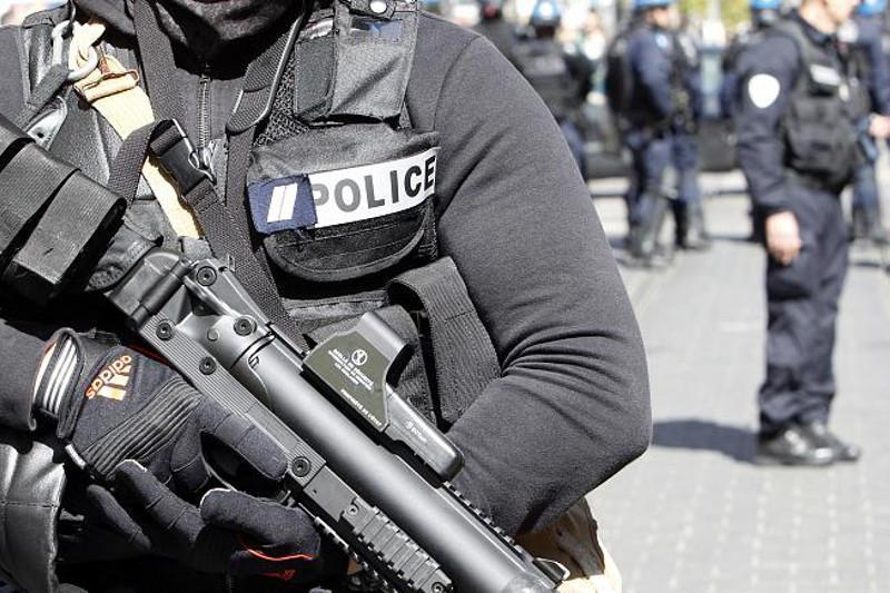 法国尼斯发生持刀袭击事件致2死