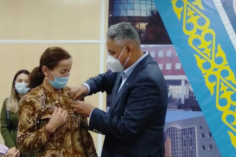 Медали за самоотверженный труд в борьбе с КВИ вручили актюбинским медикам