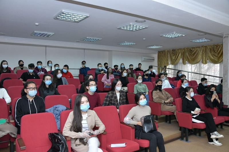 Сертификаты волонтеров-медиков вручили выпускникам спецкурсов в Нур-Султане